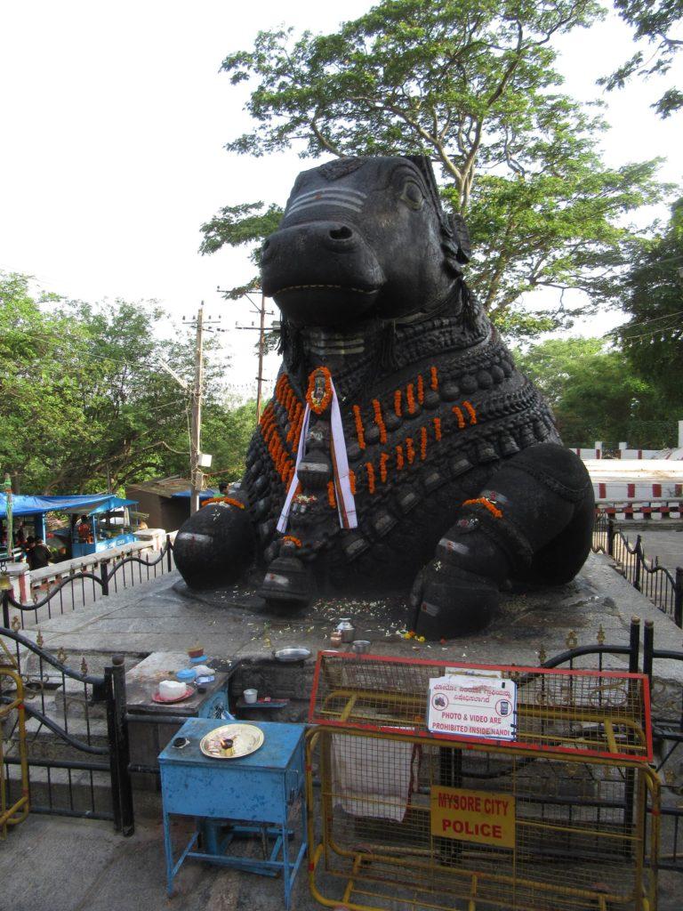 Die Statue des Bullen Nandi bei den Chamundi Hills in Mysore