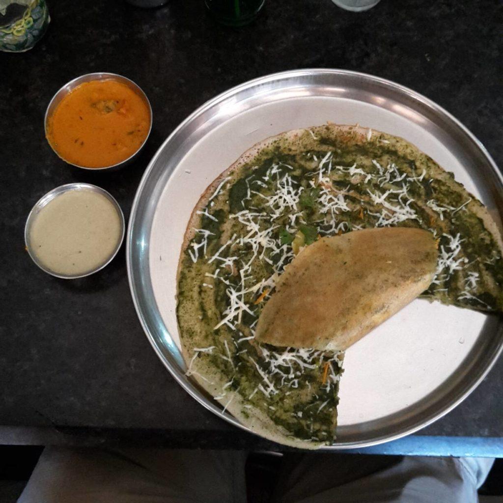 Ein Paneer Dosa mit würziger und Joghurtsoße in Hyderabad